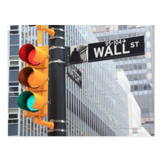 Semáforo y muestra de Wall Street Tarjeta Postal