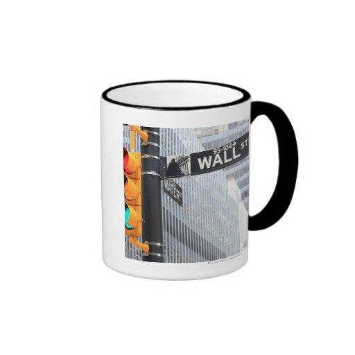 Semáforo y muestra de Wall Street Taza