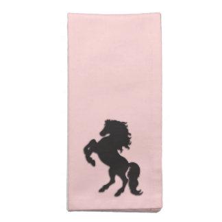 Semental negro en rosa servilletas imprimidas