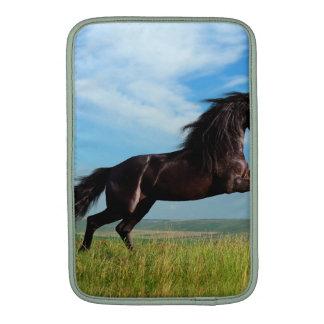 semental negro y salvaje que alza el caballo funda  MacBook