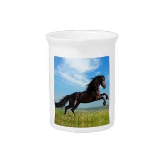 semental negro y salvaje que alza el caballo jarras
