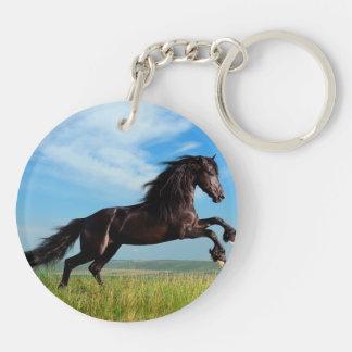 semental negro y salvaje que alza el caballo llavero redondo acrílico a doble cara