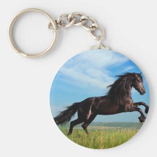 semental negro y salvaje que alza el caballo llavero redondo tipo pin