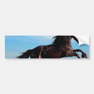 semental negro y salvaje que alza el caballo pegatina para auto