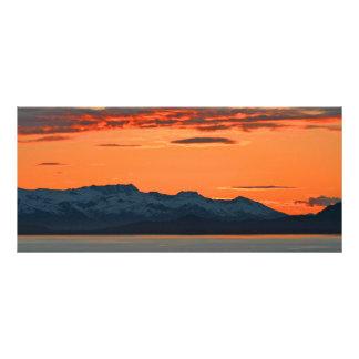 Señal anaranjada vibrante de la puesta del sol de tarjeta publicitaria