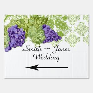 Señal de dirección del boda del jardín de la vid