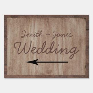 Señal de dirección del boda del país de madera y