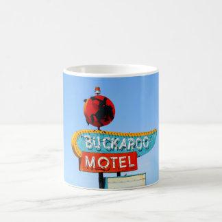 Señal de neón del motel del Buckaroo, Tucumcari, Taza Básica Blanca