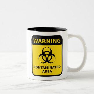 Señal de peligro contaminada del área (Biohazard) Taza De Dos Tonos