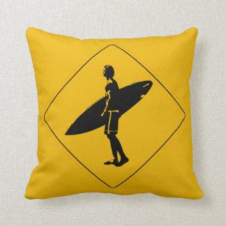 Señal de peligro de la persona que practica surf cojín