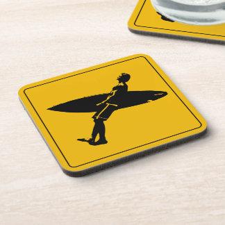 Señal de peligro de la persona que practica surf posavaso
