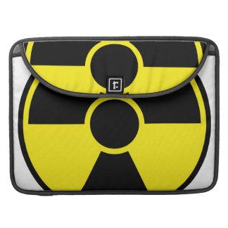 Señal de peligro de la radiación fundas para macbook pro