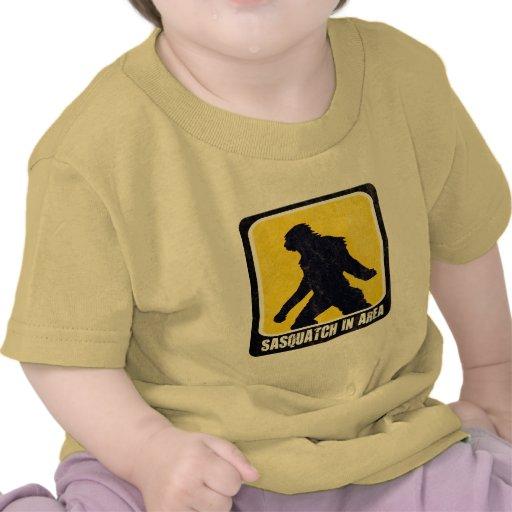 Señal de peligro - Sasquatch en área Camisetas