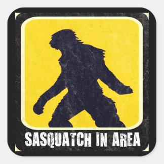 Señal de peligro - Sasquatch en área Calcomanía Cuadradas