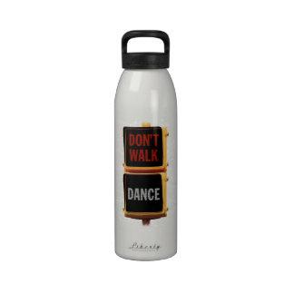 Señal de tráfico de la danza botellas de agua reutilizables