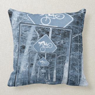 Señal de tráfico de la precaución de la bicicleta almohadas