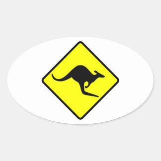 Señal de tráfico de la travesía del canguro pegatina ovalada