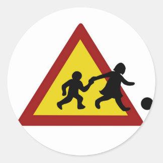 Señal de tráfico de los niños para el fútbol pegatina redonda