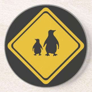 señal de tráfico de los pingüinos posavaso para bebida