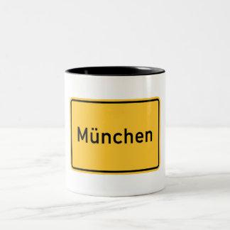 Señal de tráfico de Munich, Alemania Taza De Dos Tonos