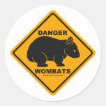 Señal de tráfico del peligro de Wombat Etiquetas Redondas