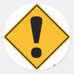 ¡Señal de tráfico del signo de exclamación! Pegatina Redonda