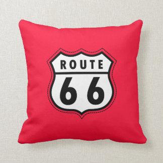 Señal de tráfico roja de la ruta 66 del escarlata cojín decorativo