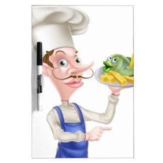 Señalar al cocinero que sostiene pescado frito con pizarra