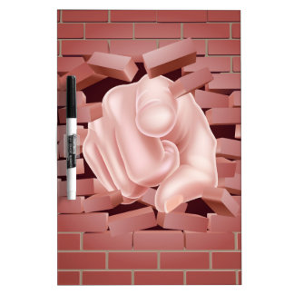 Señalar la mano que rompe la pared de ladrillo tablero blanco