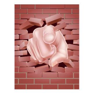 Señalar la mano que rompe la pared de ladrillo tarjetas postales