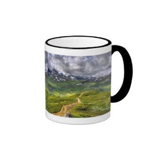 Sendero de la montaña tazas de café