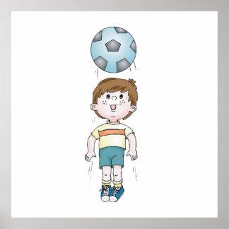 seno de la cabeza del fútbol de los niños pequeños posters