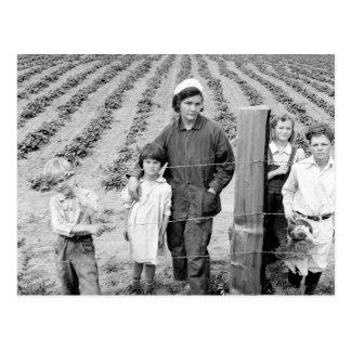 Señora Arnold y niños - 1939. Postal