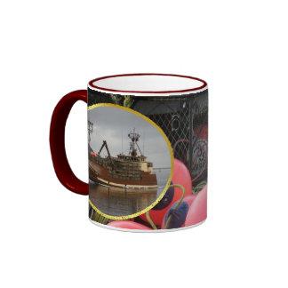 Señora ártica, barco del cangrejo en el puerto hol taza a dos colores