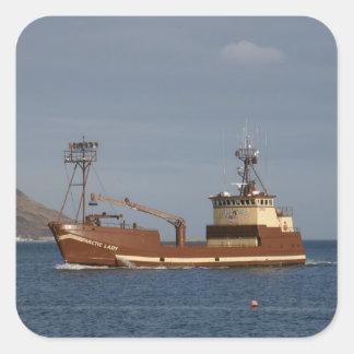 Señora ártica, barco del cangrejo en el puerto pegatina cuadrada
