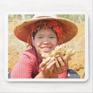 Señora birmana Picking Ginger Alfombrilla De Raton