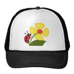 Señora Bug en la flor amarilla Gorro De Camionero