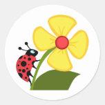 Señora Bug en la flor amarilla Pegatinas Redondas