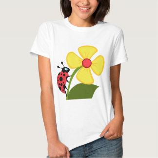 Señora Bug en la flor amarilla Poleras