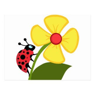 Señora Bug en la flor amarilla Postal