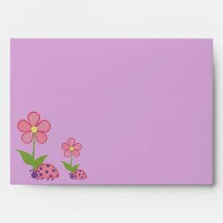 Señora Bugs y sobres rosados de las magdalenas