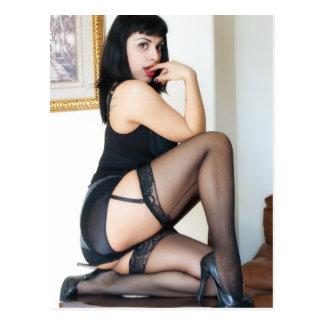 Señora caliente en modelo negro postal