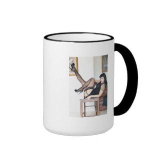 Señora caliente en negro taza de café