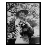 Señora Calvin Coolidge con su mapache 1923 Posters