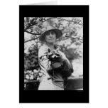 Señora Calvin Coolidge con su mapache 1923 Tarjetón
