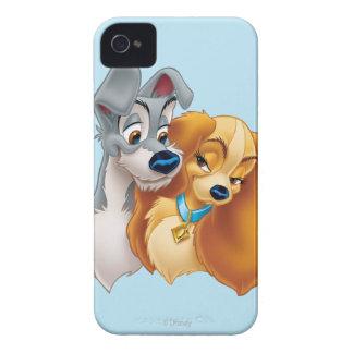 Señora clásica y el vagabundo Snuggling iPhone 4 Case-Mate Cárcasas