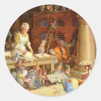 ¡Señora Claus Bakes Cookies con los duendes de Etiquetas Redondas