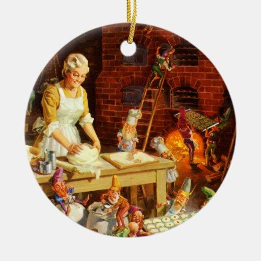 Señora Claus y los duendes de Santas cuecen las Adorno Navideño Redondo De Cerámica