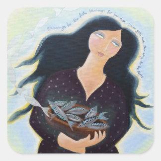 Señora con el cuenco de pescados pegatinas cuadradases personalizadas