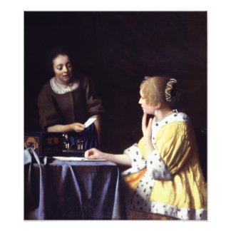 Señora con el Maidservant que lleva a cabo la letr Fotografías